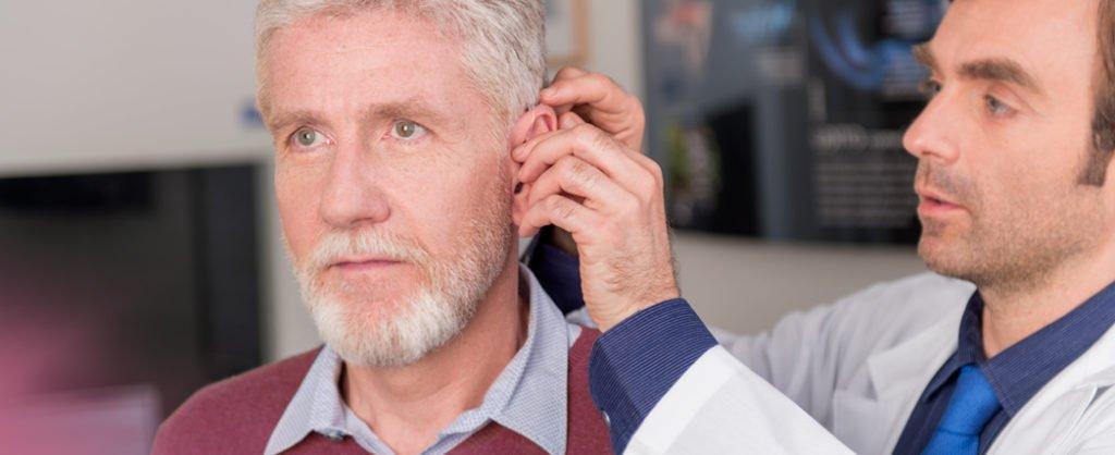 Colocación de audífono